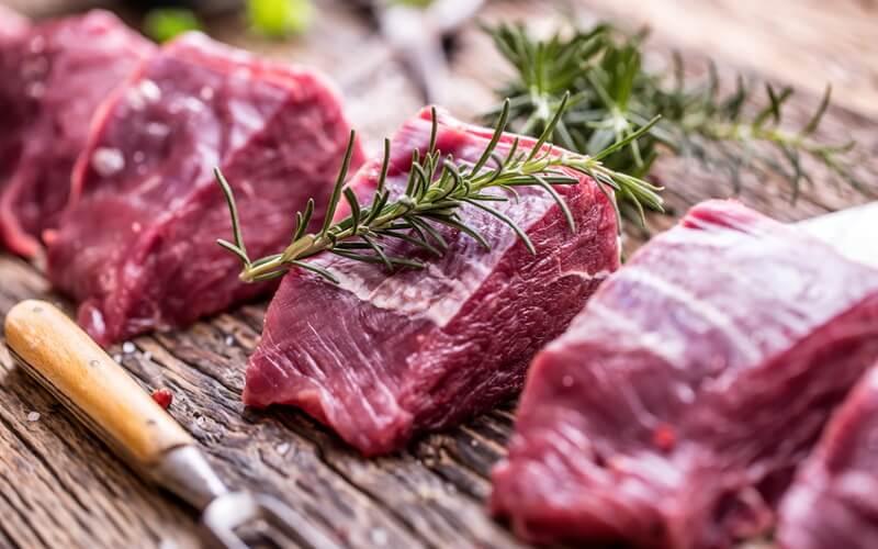 Taglio della carne per il cinghiale alla montagnina